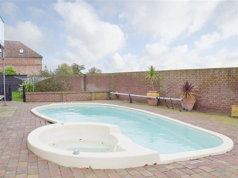 Hobland barn ref w44097 in bradwell nr gorleston pet friendly cottage weekend and short for Swimming pool and jacuzzi near me