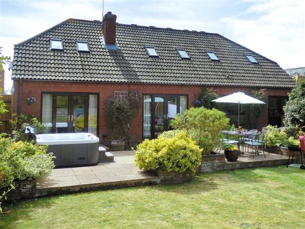 Willow Pool House, Kessingland, nr. Lowestoft, Suffolk with hot tub