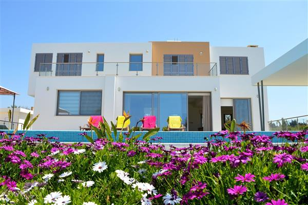 Holiday villas which sleep 8 people