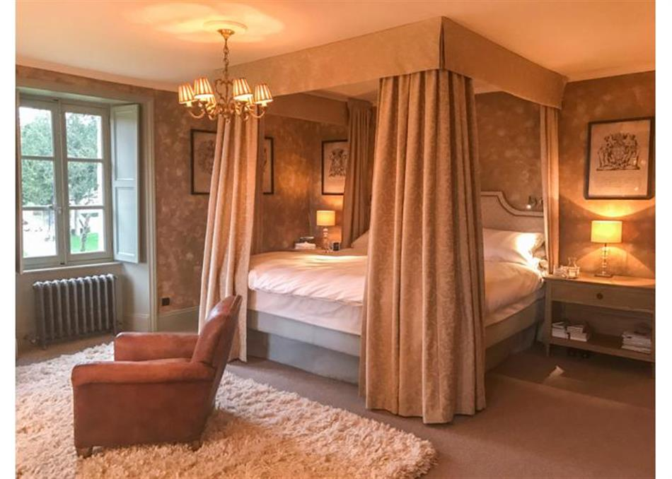Bedroom in Chateau Quatre Saisons, France