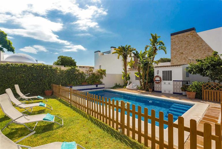 Garden and swimming pool at Villa Casa Perla, Marbella
