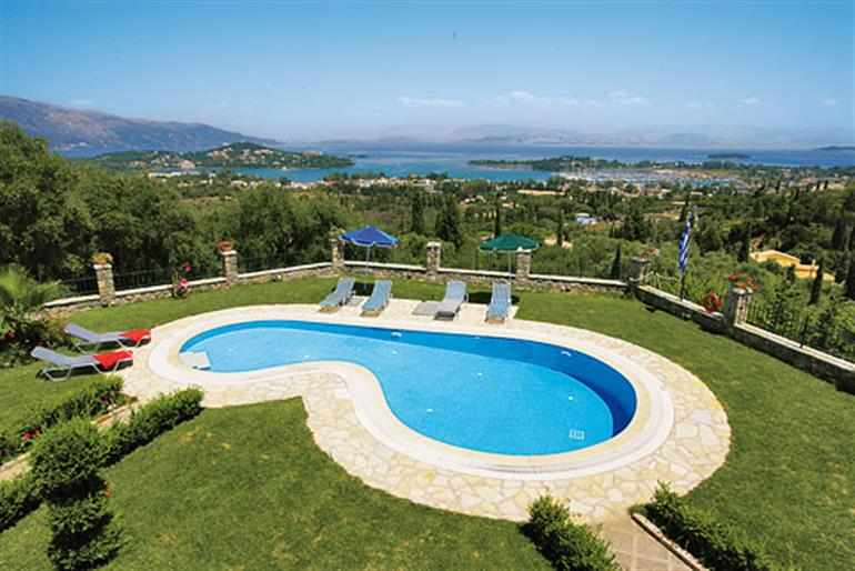 Stone villa georges ref 2988 in greece villas in gouvia corfu for couples families and for Villas in uk with swimming pool