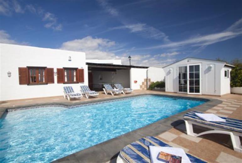 Villa cressida ref spc254h in puerto del carmen with swimming pool villas in lanzarote for Villas in uk with swimming pool
