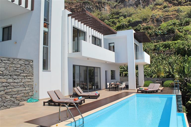 Swimming pool at Villa Dias, Calheta